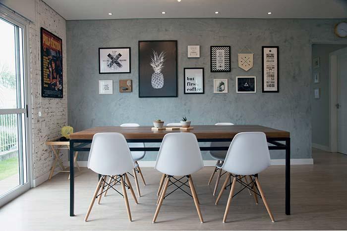 A mesa grande poderia explorar um enfeite maior, mas preferiu os vasinhos pequenos e discretos