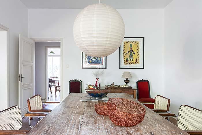 Fruteiras cheias de estilo decoram essa mesa rústica de madeira