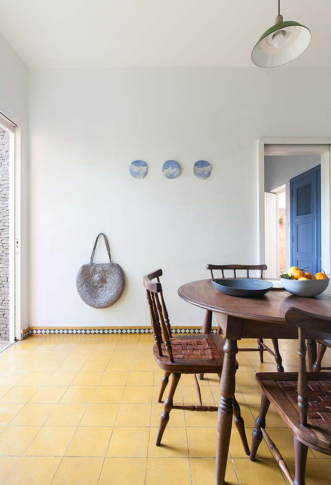 Enfeite para mesa de jantar: mesa de madeira maciça ganhou uma fruteira cheia de mexericas