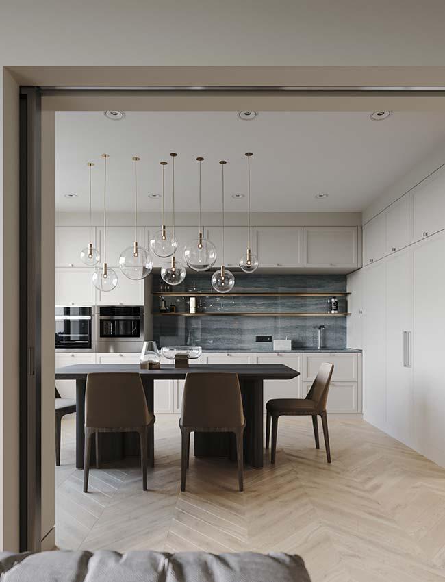 Enfeite para mesa de jantar: vidro nas luminárias e no centro de mesa