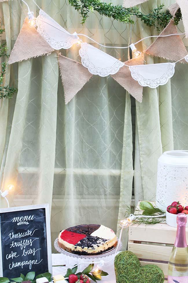 Essa decoração simples de noivado contou com a cortina da sala, as toalhinhas de pano e o caixote de feira