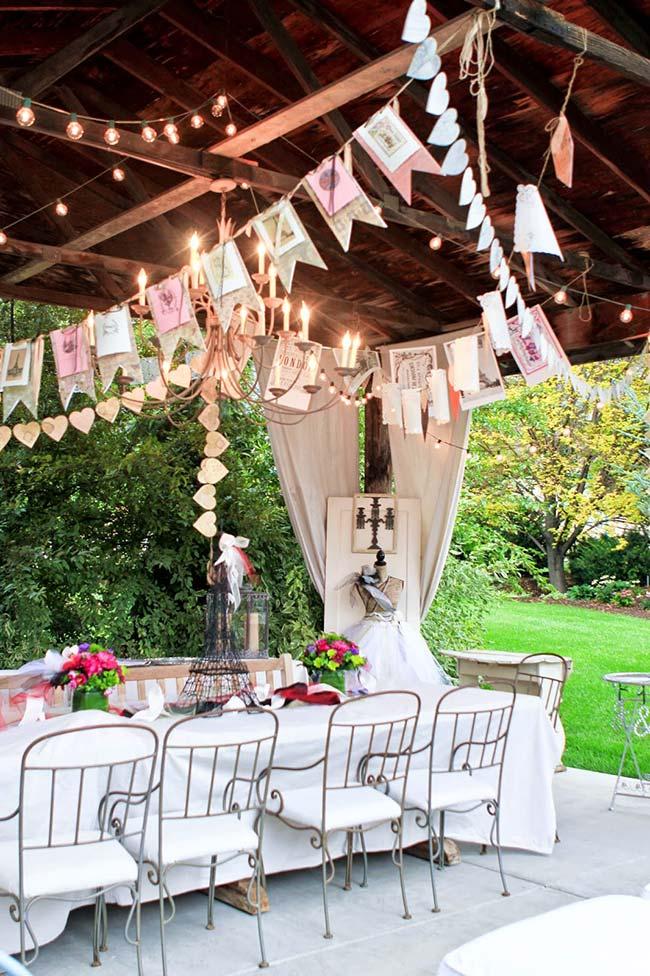 Nessa festa de noivado, os varais de fotos, coração e lâmpadas formam a decoração