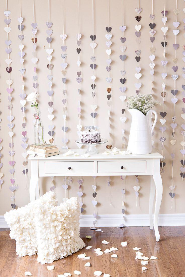 Mesa branca em estilo provençal para festa de noivado simples