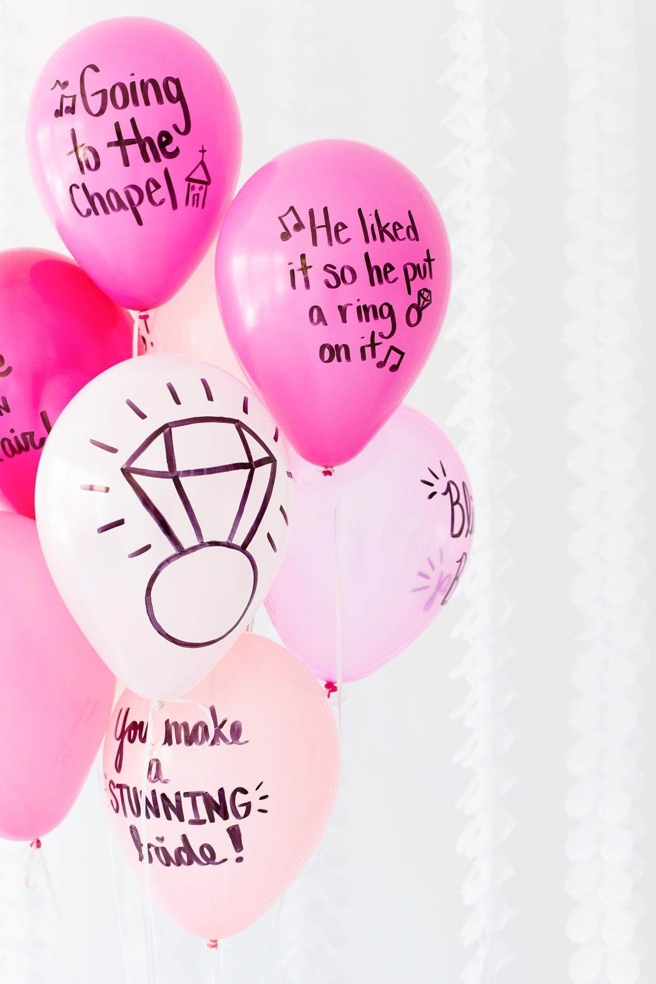 A canção preferida escrita com balões na festa de noivado simples