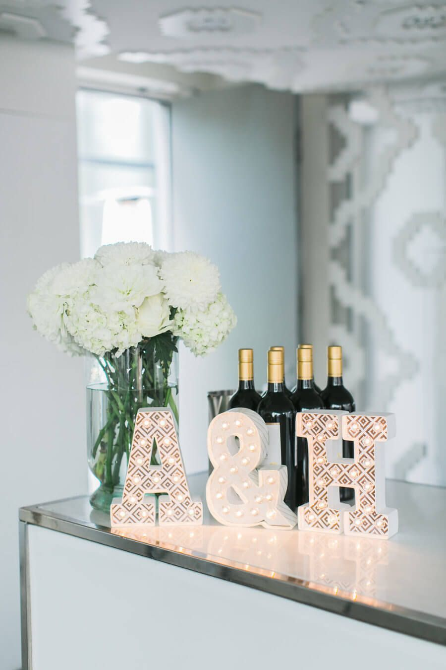 Flores e garrafas de bebida na festa de noivado simples