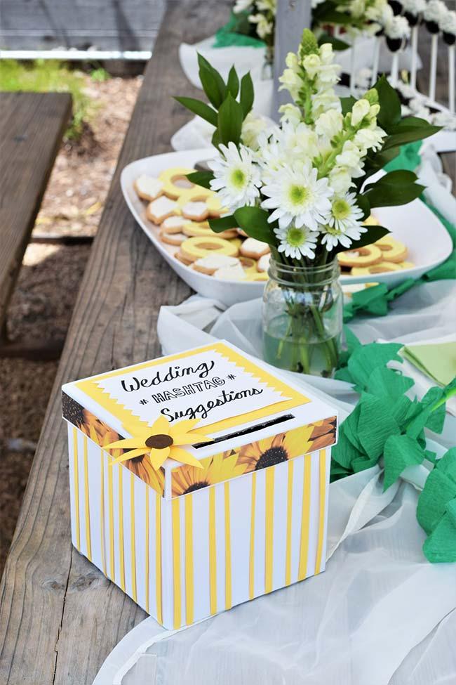 Para descontrair a festa de noivado simples, peça sugestões de hasgtag para o casamento