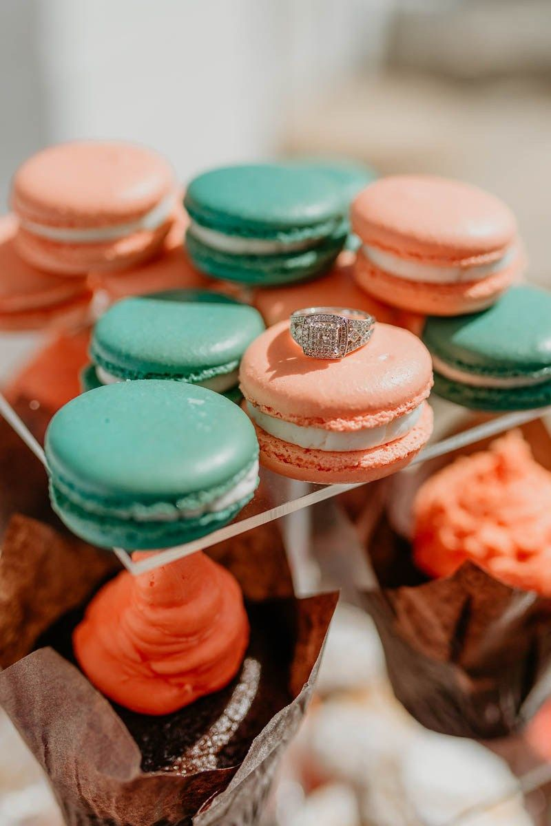 Festa de noivado simples: o anel de noivado exposto sobre os macarons