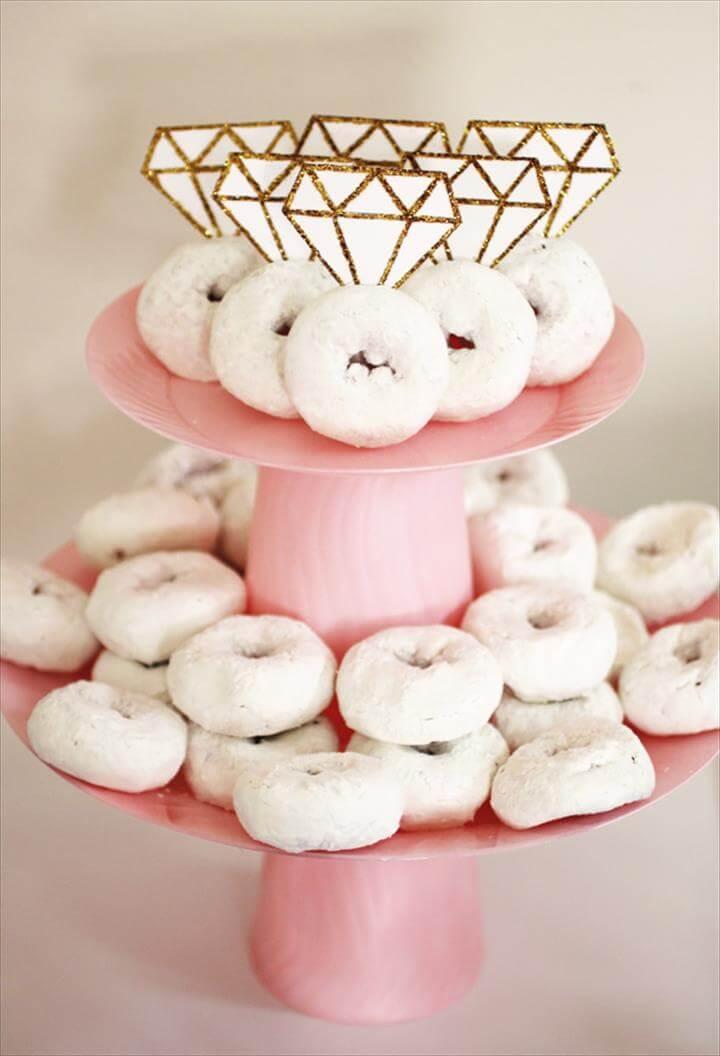 Festa de noivado simples: donuts decorados com anéis de noivado