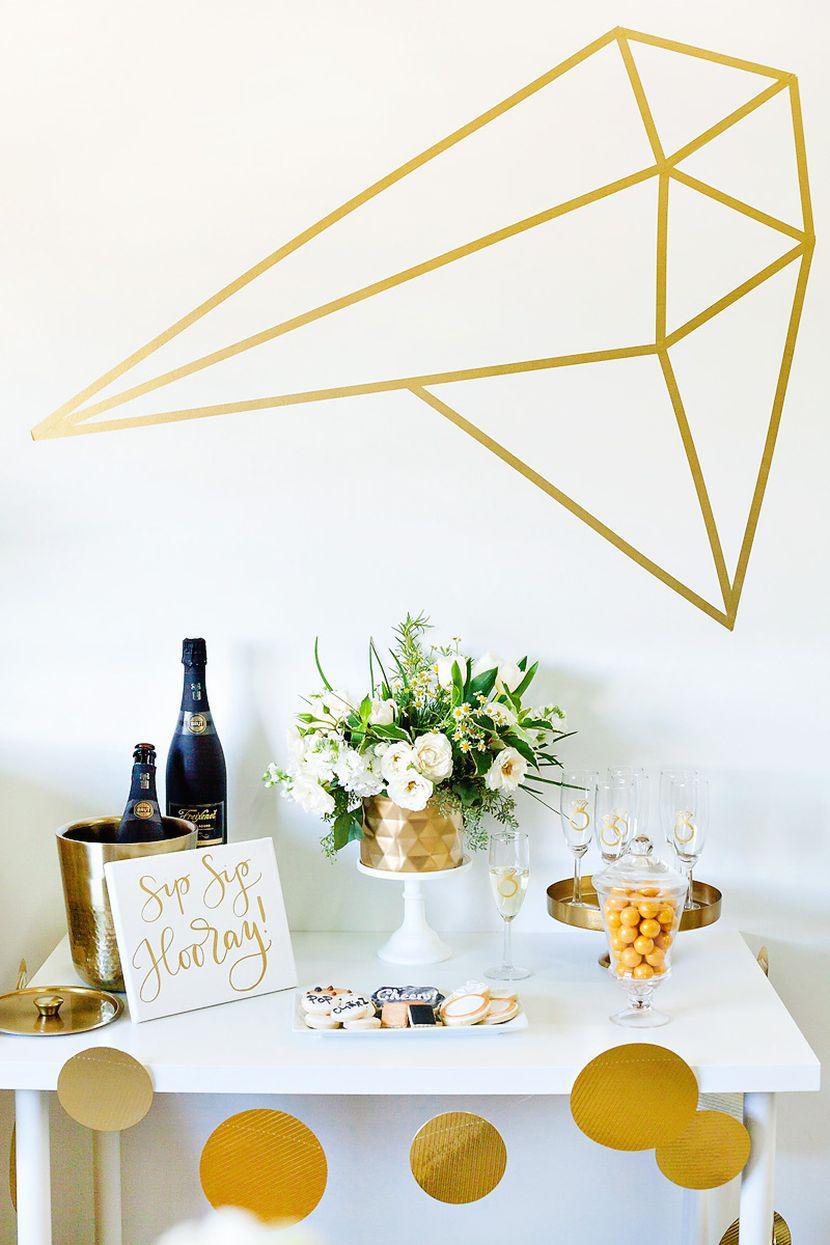 Branco e dourado é a cor escolhida para essa festa de noivado simples