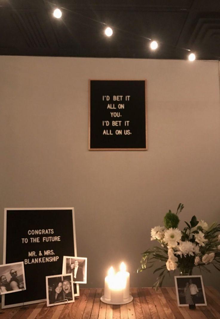 Decoração de festa de noivado simples com quadros e velas