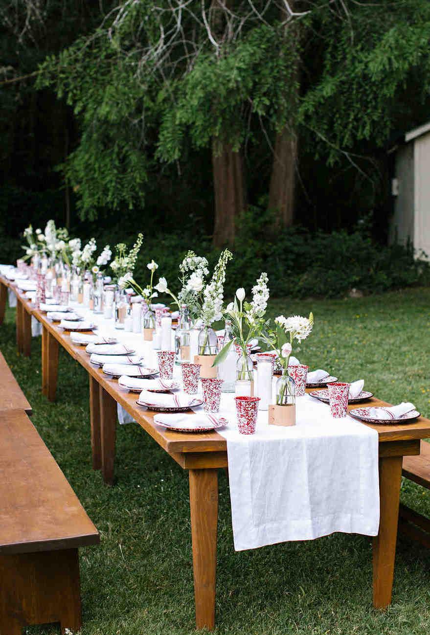 Se a festa de noivado for ao ar livre, aposte em uma mesa única para acomodar todos os convidados