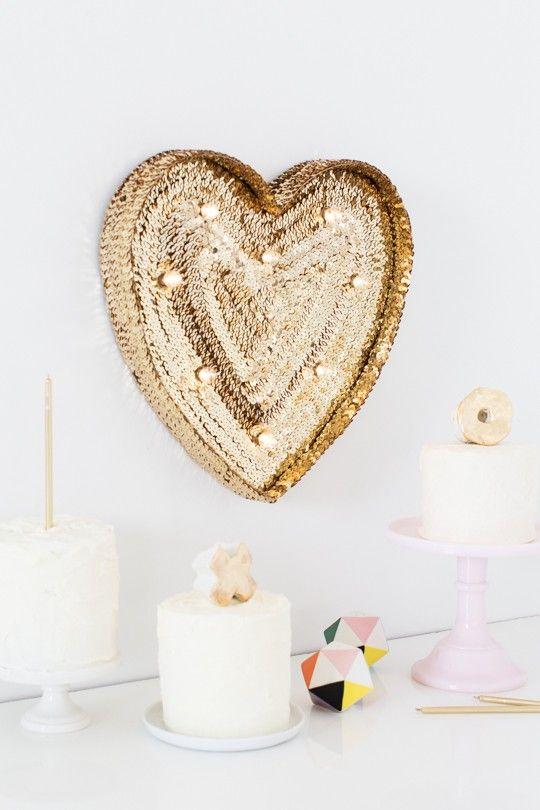 Coração dourado chama toda atenção para si