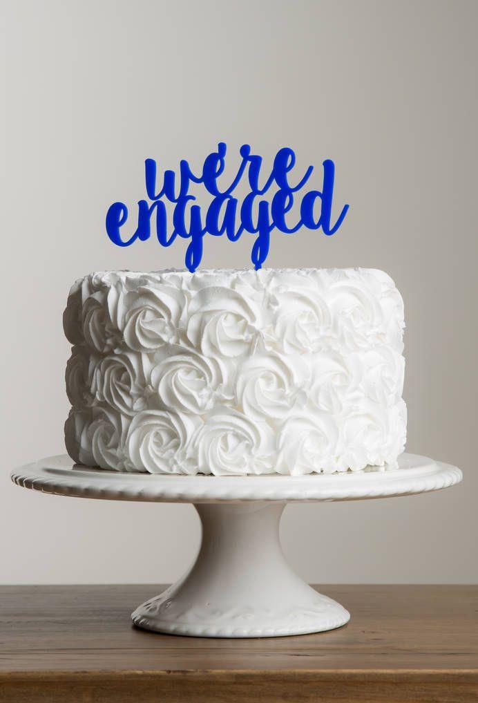 E o bolo não deixa dúvida: estão noivos
