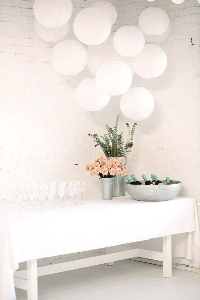 Decoração de festa de noivado clean e simples