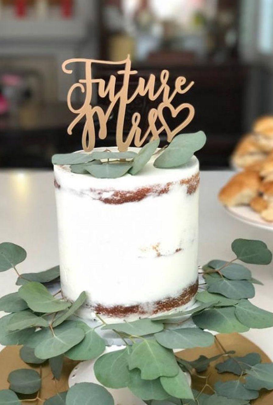 Nessa festa de noivado, o bolo espatulado foi o escolhido para celebrar a união do casal