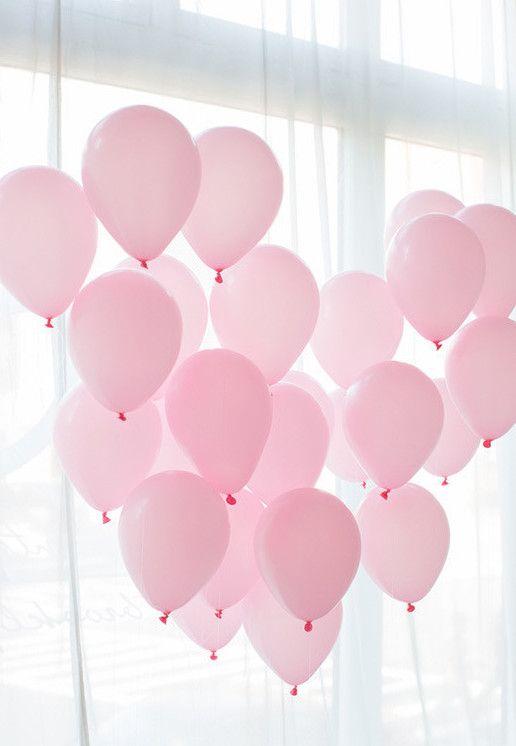 Decoração com balões cor de rosa para festa de noivado simples
