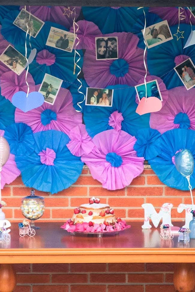 Flores de papel para decorar festa de noivado simples