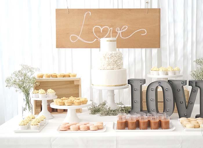 Muito amor espalhado pela festa de noivado simples