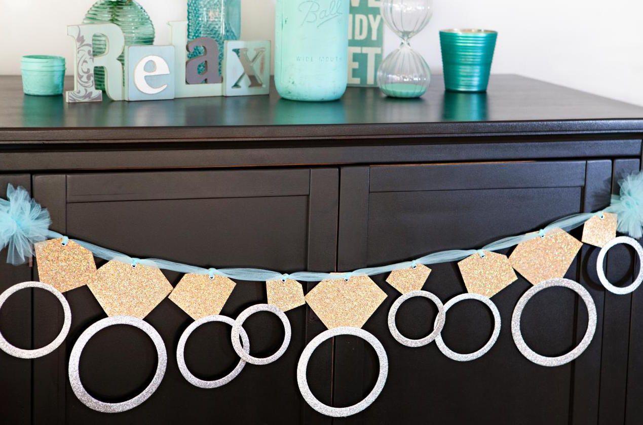 Faça você mesmo os anéis de noivado em papel para decorar sua festa de noivado simples