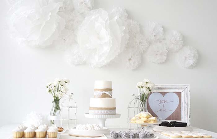 Uma decoração toda branquinha para deixar a festa de noivado simples clean e delicada