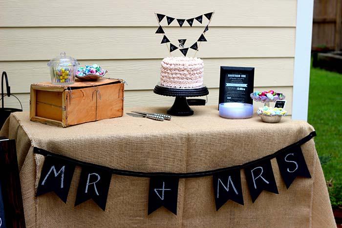 Toalha de juta para festa de noivado simples