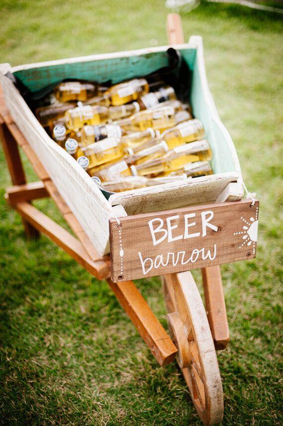 Festa de noivado simples: cervejas servidas na carriola