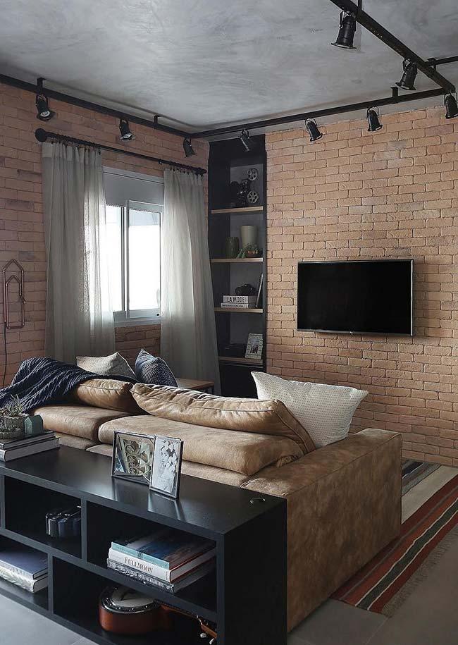 Sala pequena com paredes de tijolinho