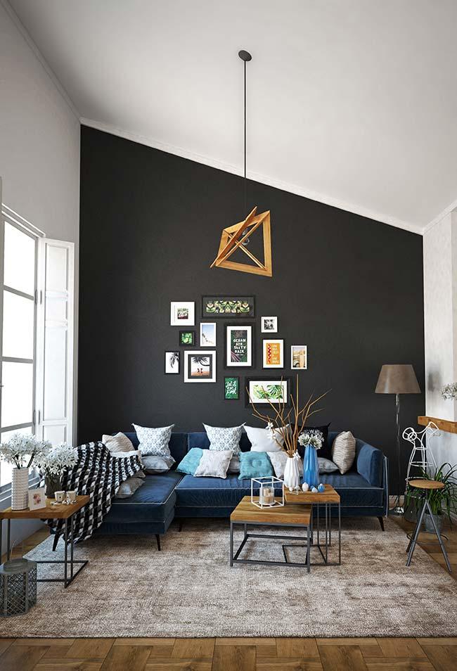 Sala de estar decorada: diferenciar uma das paredes é um truque recorrente na decoração de interiores