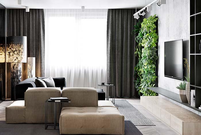 O destaque dessa sala de estar decorada não poderia ser outro: o jardim vertical