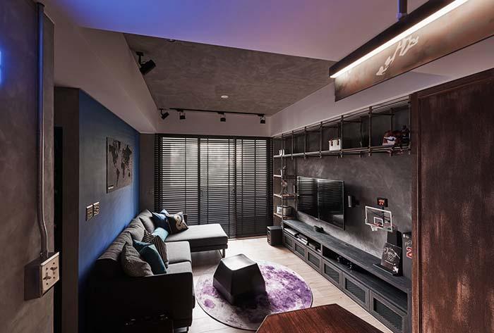 Luz azul difusa na sala de estar decorada