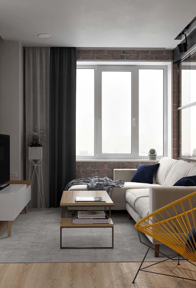 Adesivo de tijolinhos traz um clima despojado para a decoração neutra da sala de estar decorada