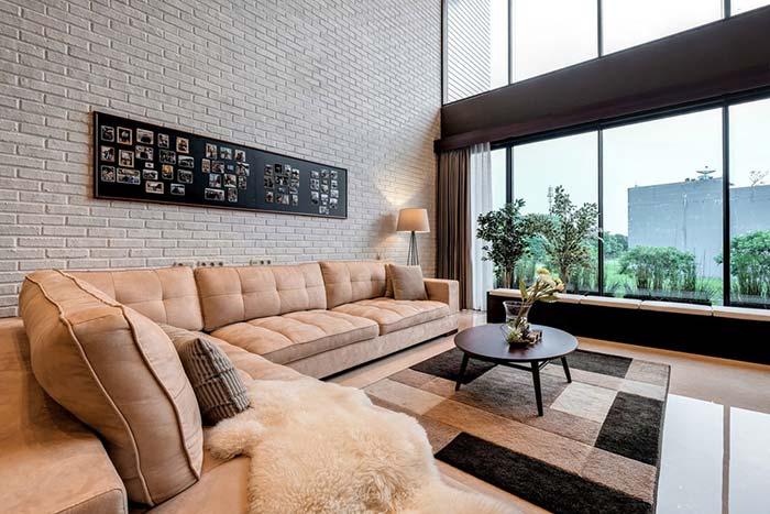 Sala de estar decorada com pé-direito alto decorada