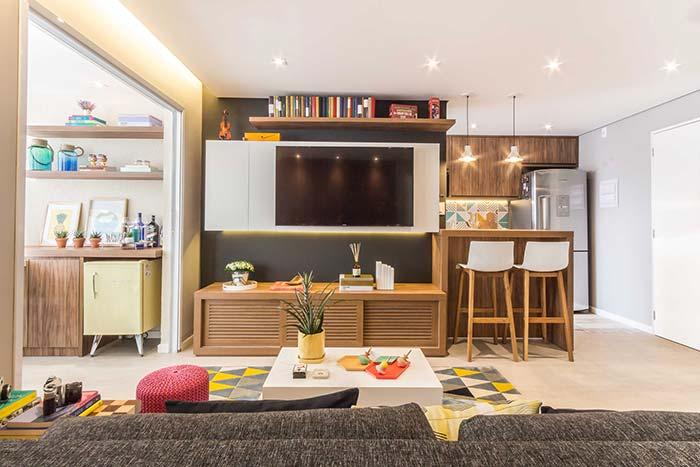 Móvel sob medida para integrar a sala de estar decorada e a cozinha