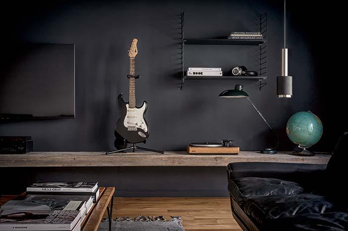 O estilo do morador fica visível só pelos objetos que decoram a sala de estar decorada