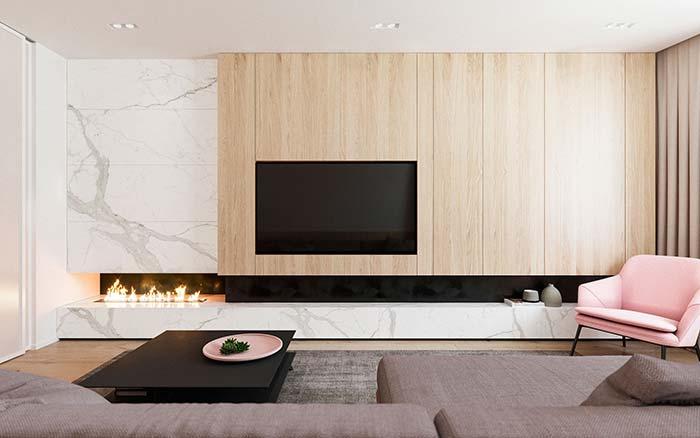 Painel de madeira recebe a TV perfeitamente nesta sala de estar decorada