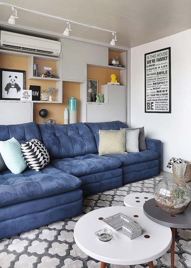 Sofá azul na sala de estar decorada