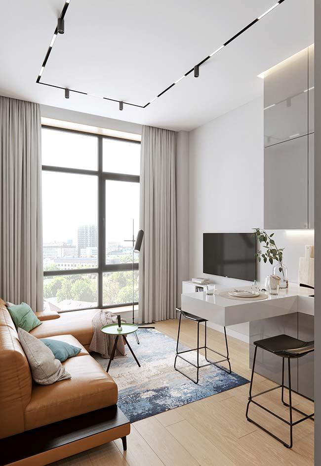 Sala de estar de apartamento decorado pequeno em tons neutros
