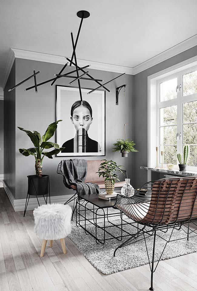 Sala pequena desse apartamento decorado apostou em peças e mobílias de design