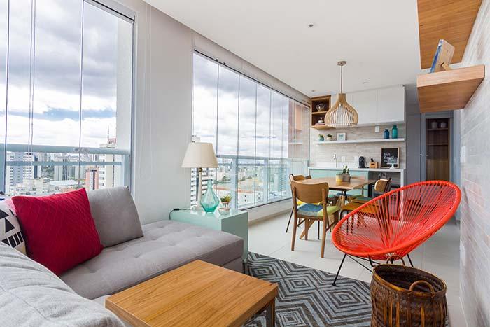 Nesse apartamento, a varanda foi integrada ao ambiente interno que ganhou muito em luminosidade natural