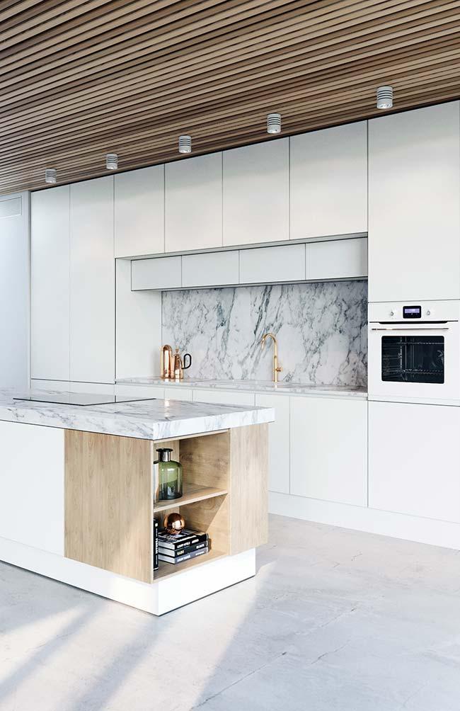 Mármore e metais dourados trazem luxo e sofisticação para a cozinha pequena de apartamento decorado