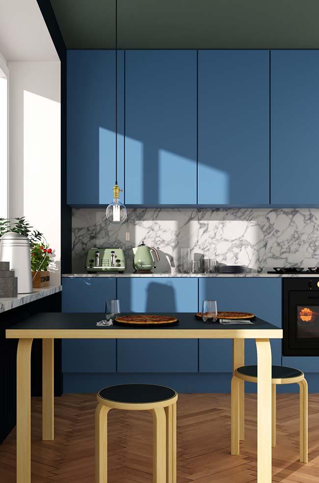 Descontração do armário azul integrada à nobreza do mármore branco