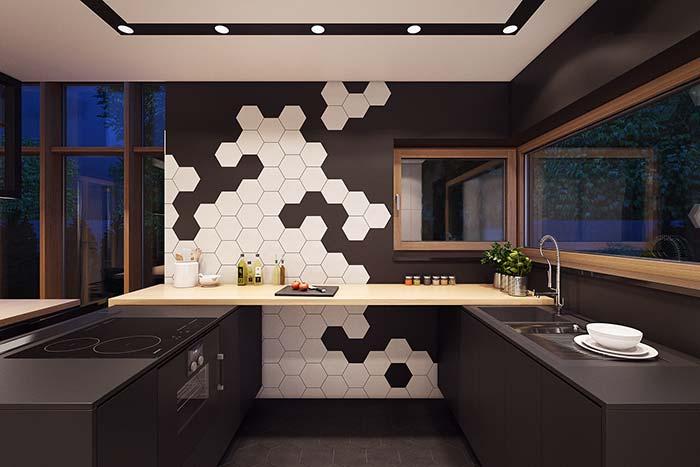 Cozinha de apartamento com armários pretos; repare que a ausência de armários aéreos contribui para um ambiente mais clean e suave visualmente