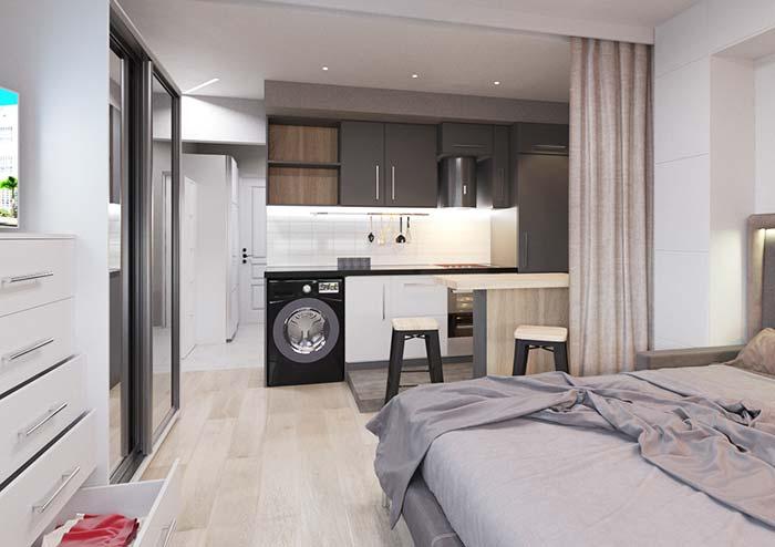 Nesse apartamento pequeno os ambientes integrados são limitados pela cortina de pano