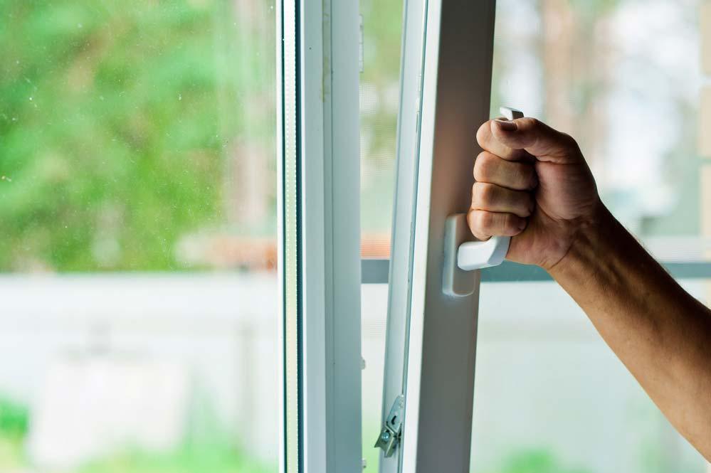 Como tirar umidade da parede: abra portas e janelas