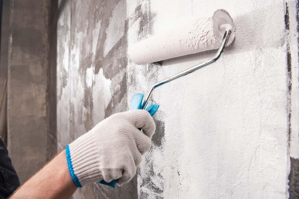 Como tirar umidade da parede: remova o revestimento
