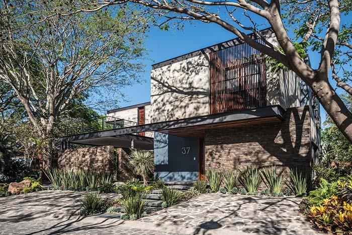 Uma fachada de casa com pedra um pouco moderna, um pouco rústica, mas muito charmosa