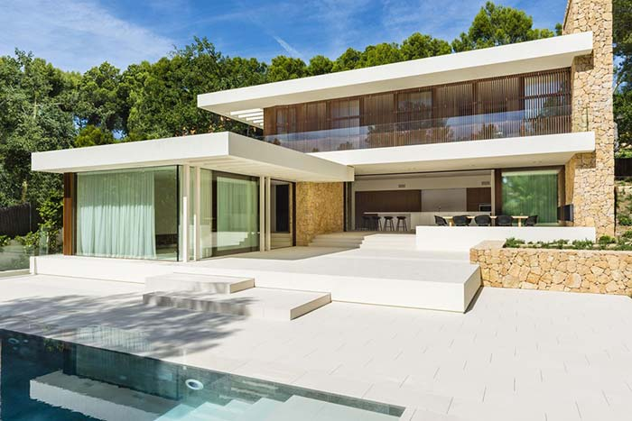 As pedras são resistentes, duráveis e atérmicas, portanto, podem ser inclusive utilizadas como piso, especialmente em áreas úmidas, perto de piscinas