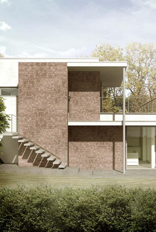 Nessa casa, as pedras ajudam a criar volume na construção, além de oferecerem cor para fachada de casa com pedra