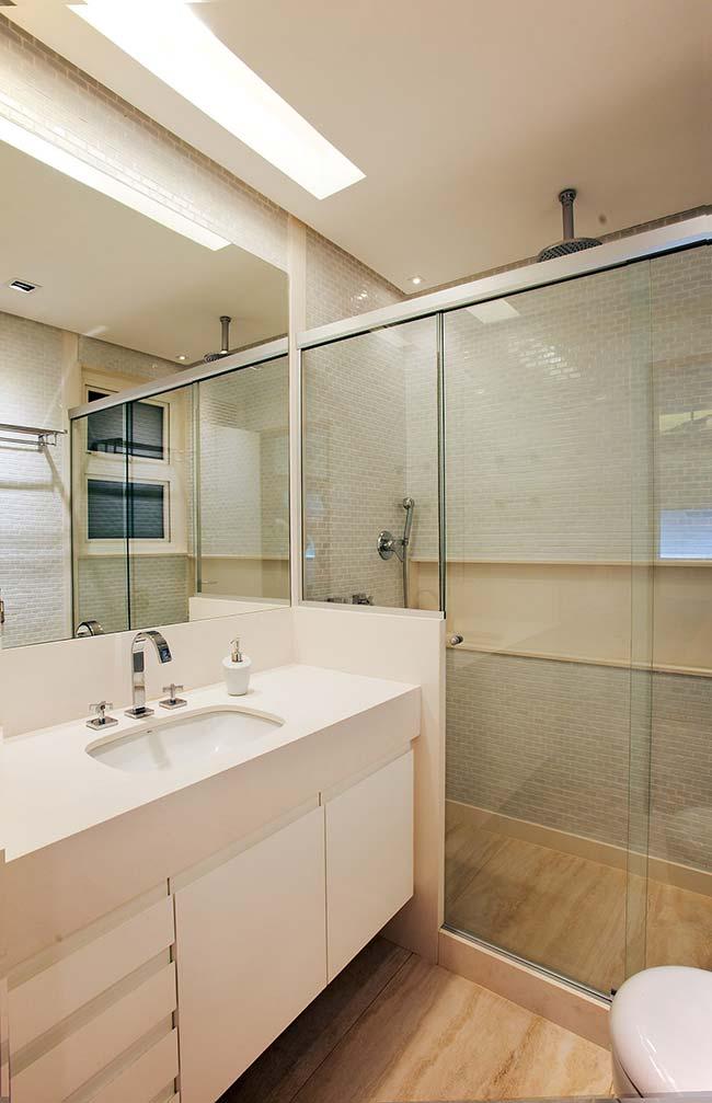 Nesse banheiro, as pastilhas de vidro foram combinadas ao porcelanato amadeirado
