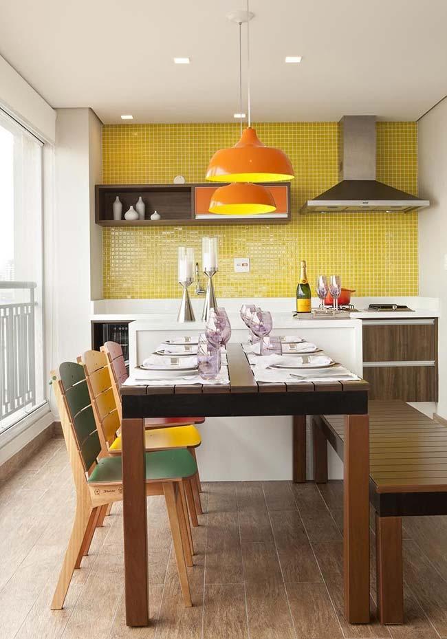 Pastilhas de vidro amarelas trazem cor e alegria para essa varanda gourmet